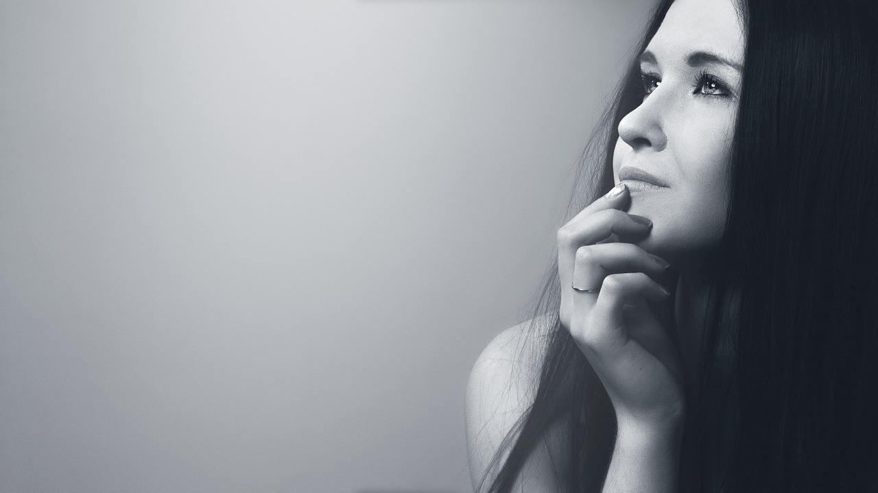 顔を手で隠すのは、嘘をついているときのしぐさ?